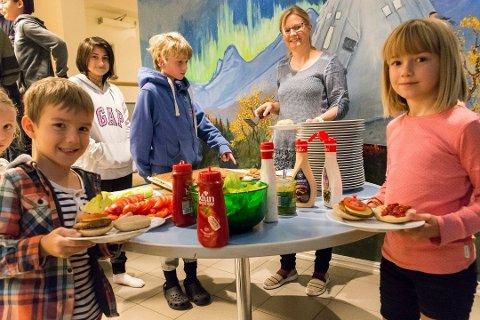 VARM LUNSJ FOR ALLE: Elever fra 1. klasse til 10. klasse på Tyrifjord barne- og ungdomsskole får varm lunsj hver dag. Her er det Markus Lungu og Petra Harral som har hentet seg hver sin vegetariske burger.