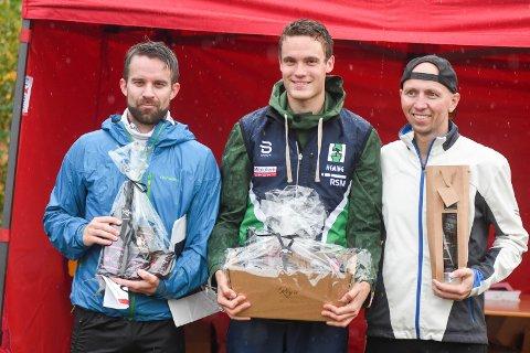 ANDREPLASS: Geir Olav Larsen (til venstre) sammen med vinnneren Karl Fremstad fra Oslo (i midten) og Kenneth Nordset (ukjent stedsadresse).