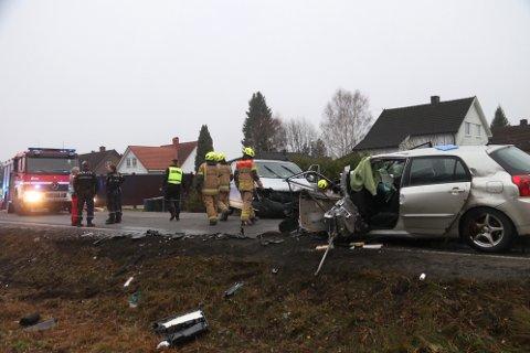ALVORLIG: Slik så det ut etter trafikkulykka på Rv. 35. En ung kvinne ble kvestet i ulykken, mens en mann i 40-årene nå er tiltalt for å ha kollidert med henne.