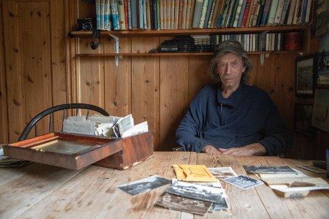 Svein har ei kasse full av gamle bilder.