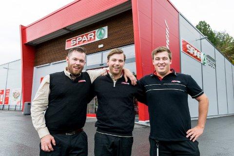 BRODERLIG: Arnt C. Schjong, Dagfinn Schjong og Johan Martin Schjong jobber alle i Spar-butikken på Sundvollen.
