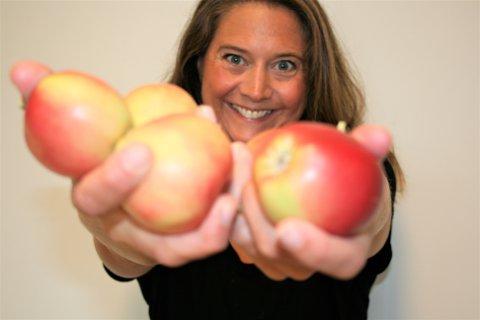 KORTREIST: Mange har etterlyst egenpresset eplemost. - Nå kan folk levere epler fra sin egen hage, sier salgs- og markedsansvarlig for Røyse bærpresseri Cecilie Bjørnebye Jensen.