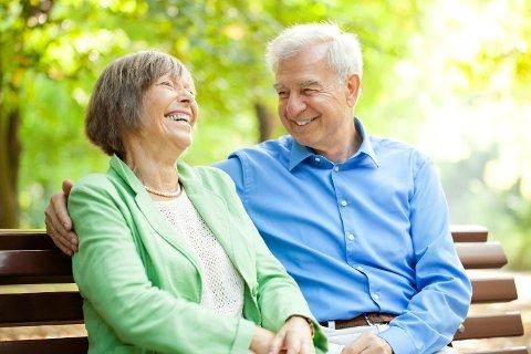 KOSTBAR HYGGE: Å slutte å jobbe som 62-åring kan gi mer benkesitting, men i forhold til å jobbe til 67 år kan tapet være stort. Foto: Istock