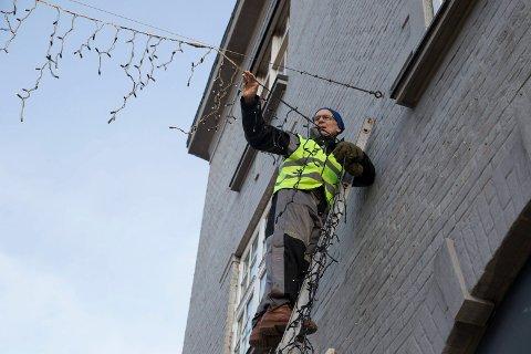 JULEGATE: – Det er lettere å ta ned julegata enn å sette den opp, konstaterer Ingebrikt Rygg fra der han står høyt oppe i stigen.
