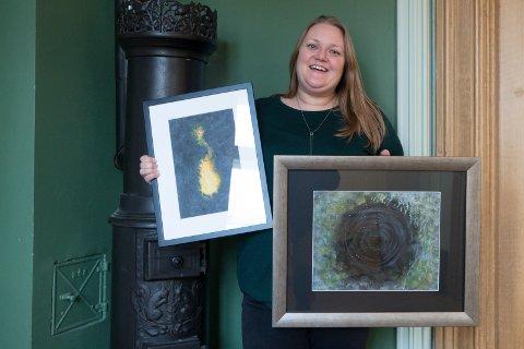 GØY: Tine Lindahl stiller ut eget kunstverk for først gang. - Bildene mine skal ut av esker og opp på på veggen, sier hun. Til høyre er det sorte hullet Tine håper hun aldri mer blir slukt av.