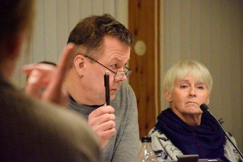 NOK VAR NOK: Anders Braaten (Sp) og et knapt flertall mente at nok var nok: Kommunen får ikke bruke Petersøya som snødeponi lenger. Lise Bye Jøntvedt (H) i bakgrunnen.