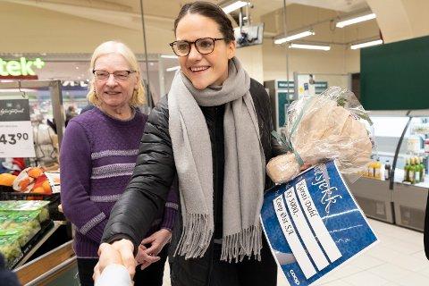GAVER: Her, i fruktavdelingen på Coop Mega i Hønefoss, venter overraskelse for medlem nummer 400.000 i Coop Øst. Kjersti Dahl (29) var helt bevisst på valg av fordelskort.