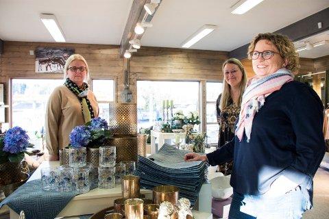 STÅR KLARE:  Helene Wenthe Karlsen,  Lisbeth Ødegård Jansen og Torill Sagneskar står klare til å ta imot nye og gamle kunder i Kremmertorvets nye lokaler i Hønengaten.