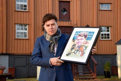GODE HJELPERE: Thomas Klevjer fikk råd fra gode hjelpere om paragrafer som viser hva en kommune kan ta seg betalt for.