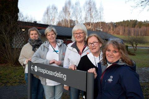 HOSPICE RUNDER ÅR: Fra høyre pårørende Nina Rolid, prosjektleder Ulrika Hästbacka, kreft- og palliasjonskoordinator Dora Hafnor, avdelingsleder Nina Farmen og  enhetsleder Sissel Braaten.