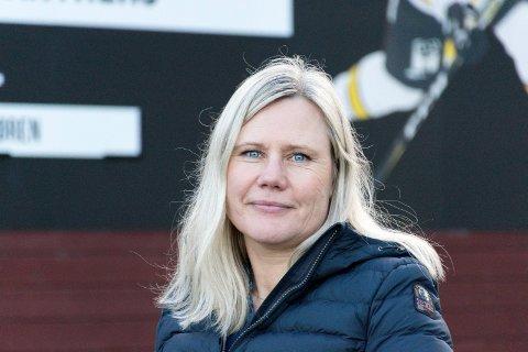 HJELPER TIL: Nå kan Ringerike Panthers, og daglig leder Janka Aasen, tilby støtte til familier med lav inntekt, slik at alle barn får mulighet til å spille ishockey.