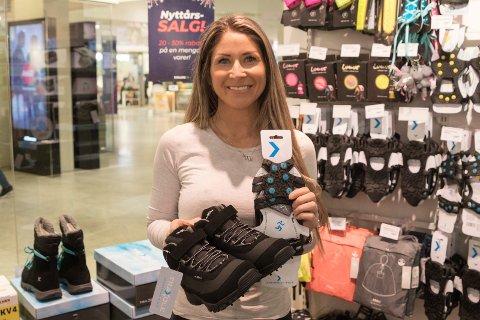 UTVALG: Enklere liv og Siv-Anita på Kuben har fremdeles godt utvalg. - Er det fare for at det blir tomt på lager, får vi sko fra andre butikker der det ikke er snø, sier hun.