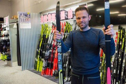 NESTEN BARE FELLESKI: Folk vil ikke smøre skiene lenger, og ni av ti som kjøper klassiske ski av Henning Strøm velger ski med feller under.