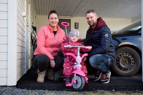 IKKE PLASS: Camilla Jenshagen Søberg og Runar Søberg får ikke plass til Mie (1) i storesøsterens barnehage. Nå blir det lange kjøreturer på familien.