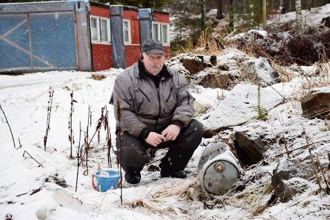 AVFALL: Bjørn Tor Engen vet at det ligger mye avfall i grunnen på tomta, men han understreker at det er den nye festerens ansvar å rydde opp.