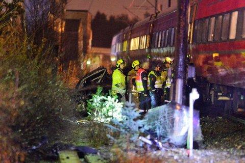 DREPT: En mann i 30-årene bosatt på Ringerike omkom da bilen han satt i ble truffet av toget i Vikersund tirsdag kveld.