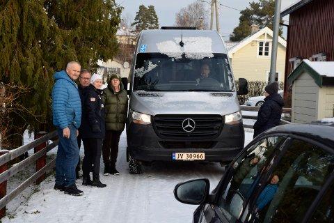 TRANGT: Når større biler kommer til Bakkeveien, blir det ekstra trangt.  Fra venstre Gisle Skogheim, Knut Terje Johansen, Karianne Hagen og Kirsten Mellerud Bergedahl.