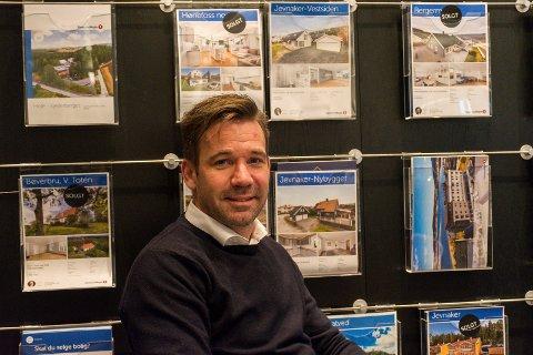 BOLIGSALG: Terje Heggen hos Eiendomsmegler 1 forteller at det tok lenger tid å selge en bolig i 2019 enn året før.