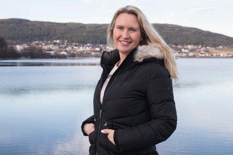 """RANDSFJORDEN: Anja Stenslette forteller at ballen for alvor har begynt å rulle eter at filmen """"Blodig alvor"""" ble lansert, en film om endometriose. En usynlig sykdom som det har vært lite kunnskaper om."""