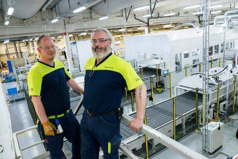 NYE UTFORDRINGER: Ole Morten Larsen (43) fra Haugsbygd og Lars Magnus Jørgensen (53) fra Ådal opererer en helt ny maskin på Smurfit Kappa Norge, en investering på mer enn 40 millioner kroner.