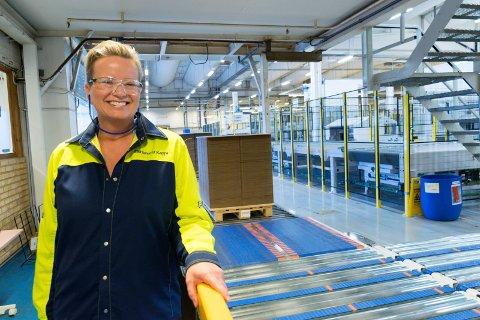 JOBBER PÅ SPRENG: Smurfit Kappa Norge lager bølgepappemballasje. - Vi kjører mye overtid for å kunne levere, sier Wenche Ravlo, administrerende direktør.