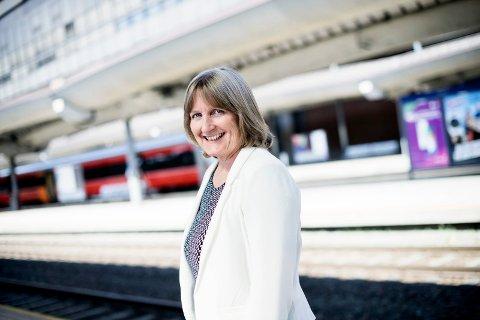 ADVARER MOT SPARETILTAK: Anita Skauge, Direktør for jernbanestrategi i Jernbanedirektoratet, anbefaler å vedta reguleringsplanen for Ringeriksbanen og E16 slik den er, og ikke utrede sparetiltak.