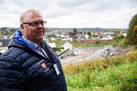 STOR OPPGAVE: Jostein Nybråten ser fram til å komme i gang med den store jobben det er å få ny kulvert på plass under jernbanen i løpet av 43 timer.