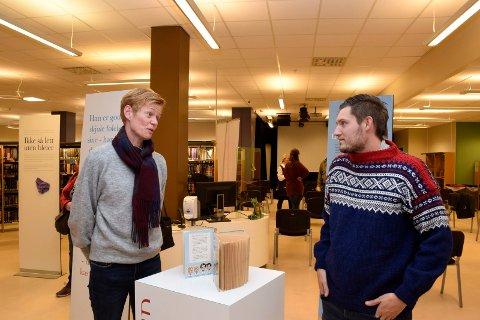 TAKKET: Leder for krisesenteret, Lill Heidi Tinholt, takket Marius Bråtelund for at han fortalte historien sin i Ringerike bibliotek.