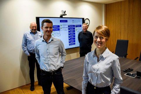FIRE SJEFER: Her er fire av lederne i Ringerikskraft-systemet. I alt går 21 selskaper inn under Ringerikskraft-paraplyen. Fra venstre: Ole Sunnset (adm. dir. i Ringerikskraft AS), Arne Johan Grimsbo (leder for Ringerikskraft Entreprenør AS), Helge Bergstrøm (Ringerikskraft produksjon) og Live Dokka.