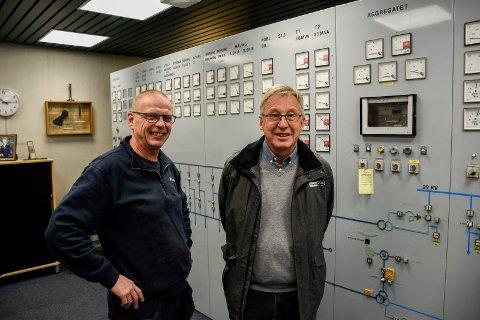 STYRER STRØMMEN: Trond Monsen og Helge Bergstrøm ved styringssystemet for det lokale strømnettet.