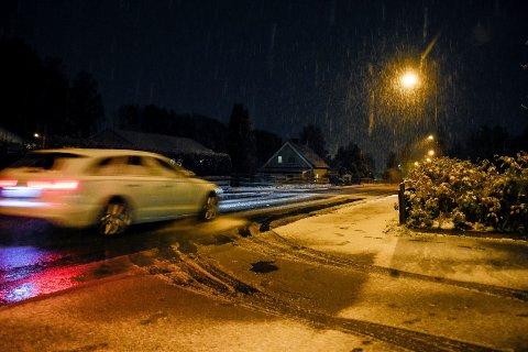 DEN FØRSTE SNØEN: Kan komme allerede på tirsdag. Her fra det første snøfallet i fjor.