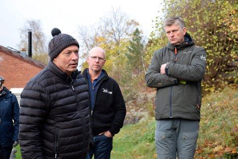 PRESENTERTE: Utbyggerne Hjalmar Sørgård og Tord Moe Laeskogen fikk presentere boligprosjektet for Oddvar Hansen (H) og plan- og miljøutvalget under en befaring i byggeområdet.