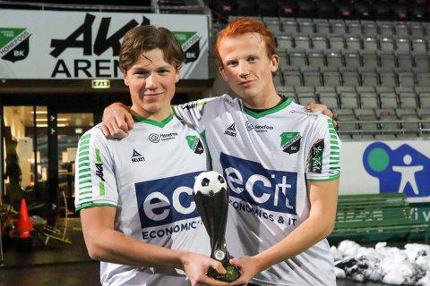 Simen Mala og Markus Øverby med beviset på at HBK er kretsmestere.