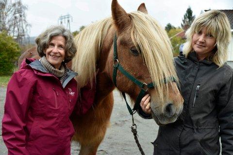 HEST OG MESTRING: Eva Lassen og Toril Eriksen med en av sine viktige støttespillere, dølahesten Raun.