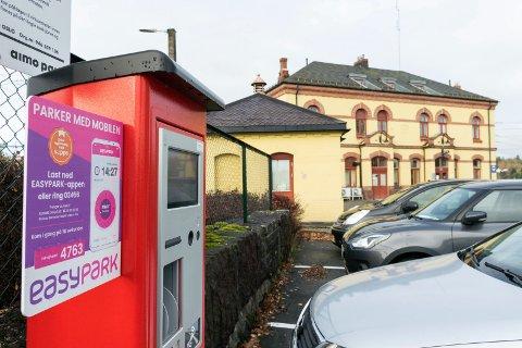 NY ORDNING: Det er ikke lenger mulig å få billett med en halv time gratis parkering ved Hønefoss stasjon. Likevel kan du stå her uten å betale, opplyser Aimo Park.