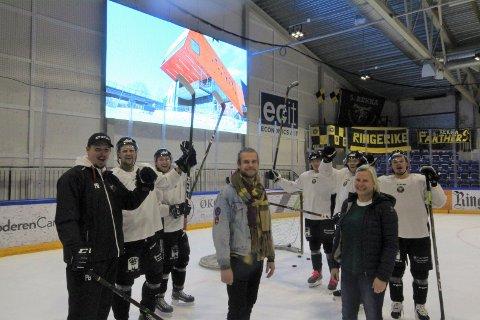Timmy Larsen fra Gledeshuset og Janka Aasen fra Ringerike ishockeyklubb er klare til å lage hockeyfest på onsdag. Gutta i Ringerike Panthers med trener Per Braxenholm i spissen jubler.