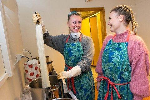 SATSER: Vår Synnøve Solbakken (24) og Christiane Ødegård (24) har flyttet bedriften sin inn på Treklyngen.