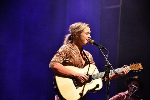 INDERLIG: Frida Ånnevik leverte en inderlig og magisk konsert for de 170 tilhørerne på Byscenen.