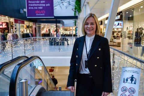 VELKOMMEN: Senterleder Anne Trine Høibakk satser på en trygg og smittefri julehandel og oppfordrer alle til å starte tidlig og bruke Kubens åpningstider smart.