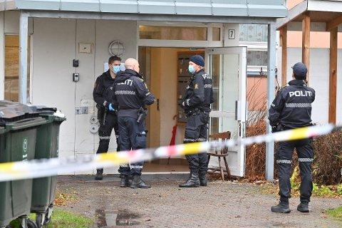 MISTENKELIG DØDSFALL: Politiet har sperret av blokken der en død kvinne ble funnet torsdag formiddag.