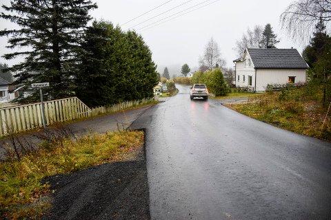 NY OG FIN: Nymobakken har vært blant distriktets aller verste veier. Nå er veien nyasfaltert og fin.