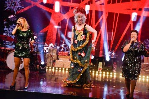 GLITRER: Det glitrer av årets O jul med din glede. Her er Anne, Eivind og Marie i avslutningssnummeret.