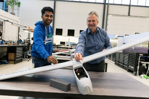 BLODPRØVER GJENNOM LUFTA: Ravi Damodaran (til venstre) og Frode Haugen i Robot Aviation skal teste ny teknologi sammen med Ringerike sykehus.