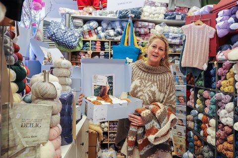POPULÆRT: Helle Sandvold Bråten (44) er en av eierne i nisjebutikken Sy- og Strikkebutikken AS på Søndre torg. Til sammen har de ansatte 75 års erfaring. – Kunnskap, service og utvalg er viktig for små butikker som denne, sier Helle.