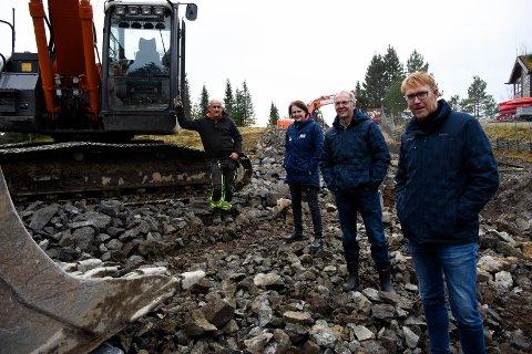 I FULL GANG: Asle Nyhus, Dordi Skjevling, Dagfinn Augdal og Stig Rongved gleder seg stort over at snøanlegget på Ringkollen snart er på plass.