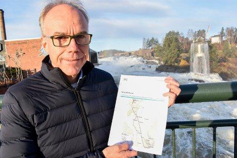 LESER MED ANDRE BRILLER: Steinar Aasnæss sier at KS2-rapporten om Ringeriksbanen gir klarsignal for en investeringsbeslutning.