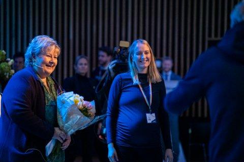 TAKKET AV: Sandra Bruflot ble nylig takket av som Unge Høyre-leder med selveste statsminister Erna Solberg til sted.