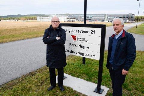 SLUTTER: Assisterende rådmann, Terje Dahlen, slutter for å bli daglig leder i Ringerike Næringsforening. Her avbildet sammen med Ola Tronrud på Eggemoen.