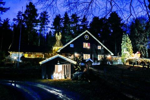 LYSER I STILLE GRENDER: Lysene fra julehuset og engelen på taket kan sees helt fra hovedveien på Ask.