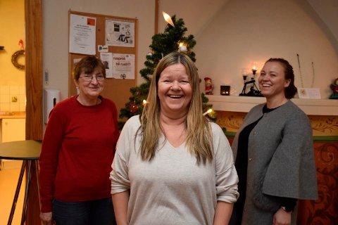 JULEBORD: Lajla Skjønhaug, Nina Junge og Liv May Gjerdal forberedte julebord for Villa'ns brukere da Ringerikes Blad var innom.